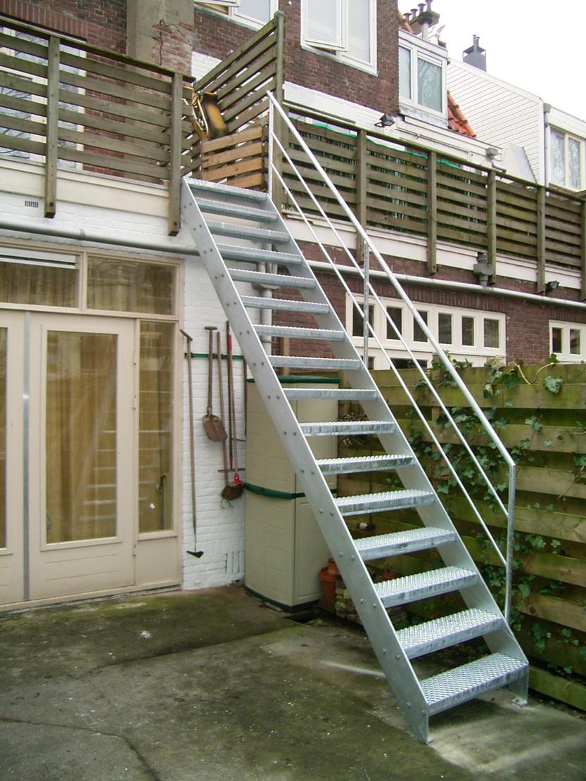 Eenvoudige buitentrap met staal hek for Houten trap buiten