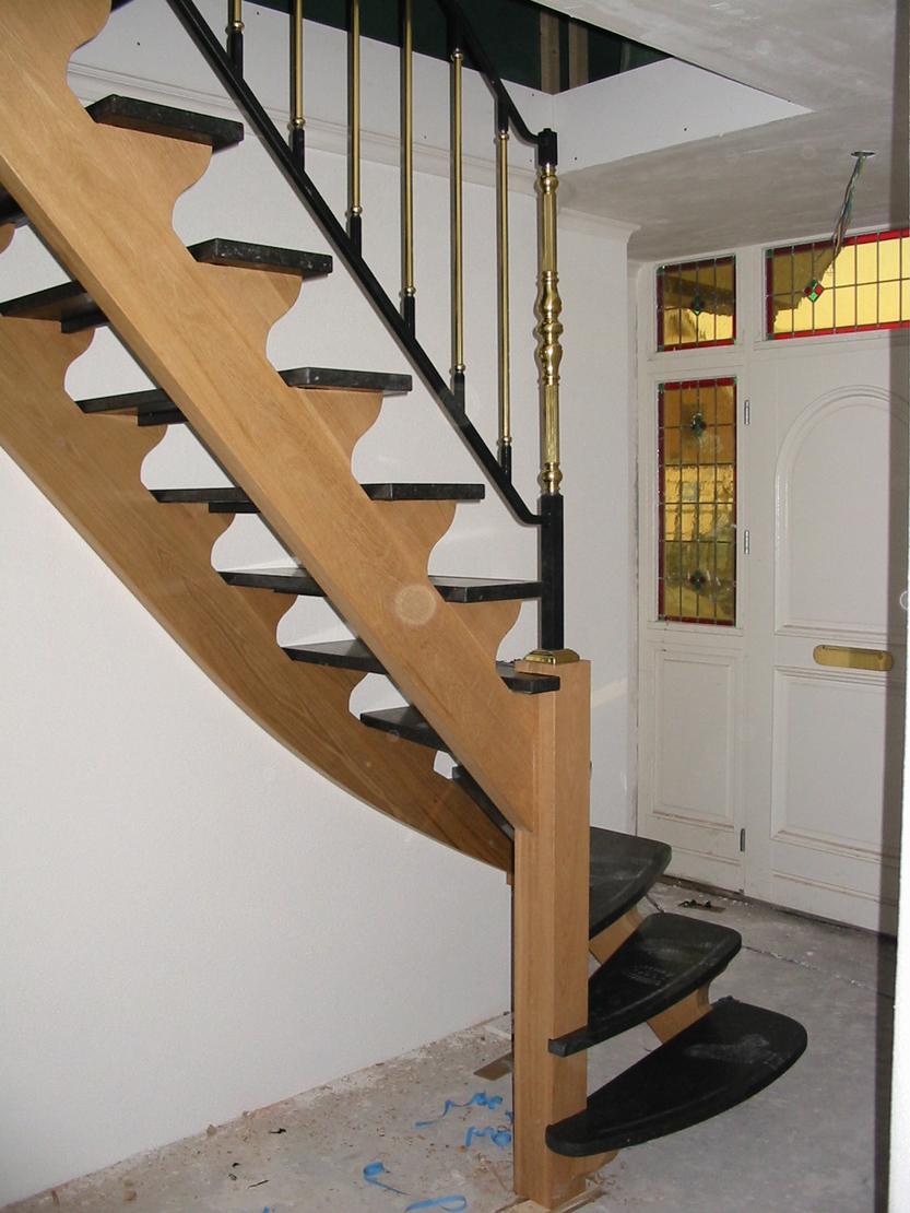 Houten trap met natuursteen treden - Houten trap ...