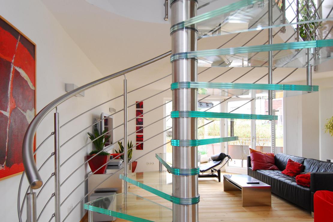 Wenteltrap In Woonkamer : Spiltrap met glazen treden in woonkamer trappenkopen