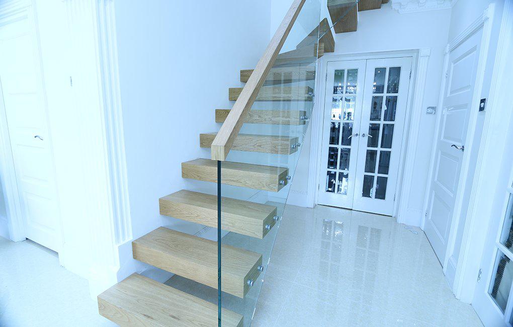 Zwevende trap met lichte eiken treden for Trap eiken