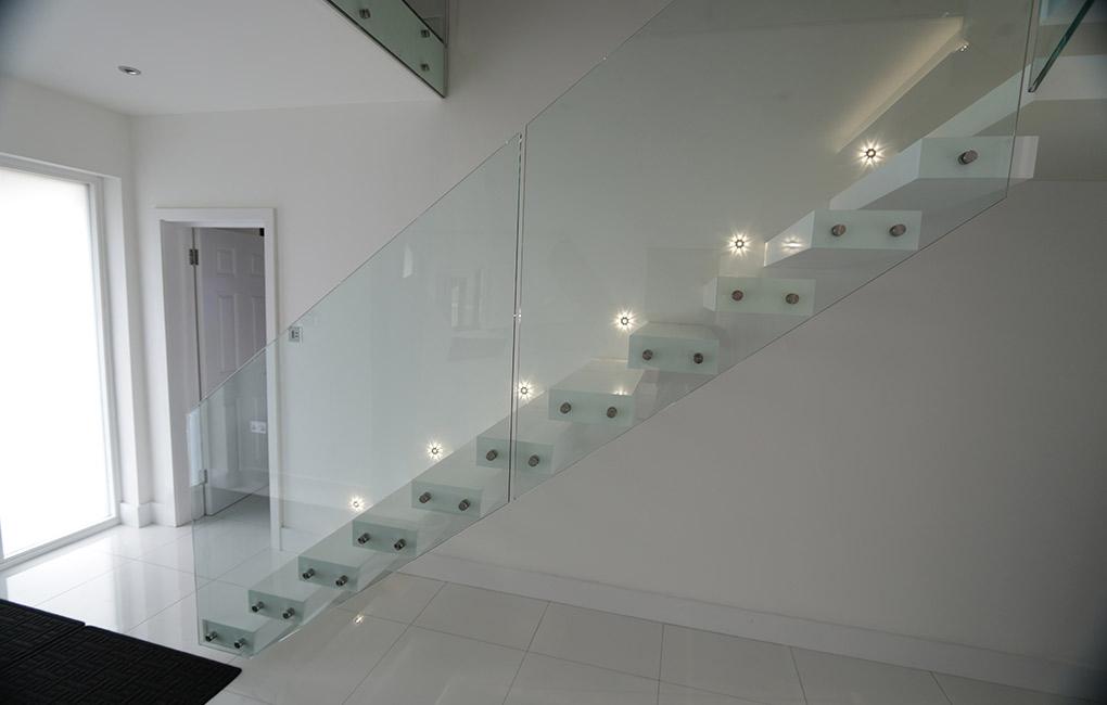 Zwevende trap wit met glas   TRAPPENKOPEN nl