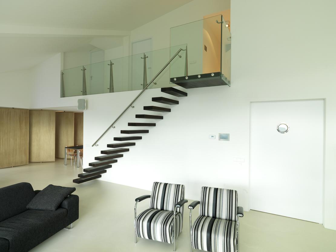 Zwevende trap zwart for Stalen draaitrap