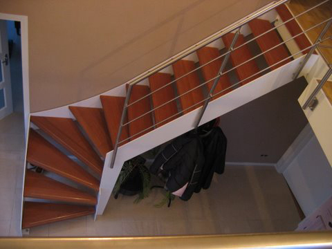 Kwartslag trap met meranti houten treden - Moderne buitentrap ...