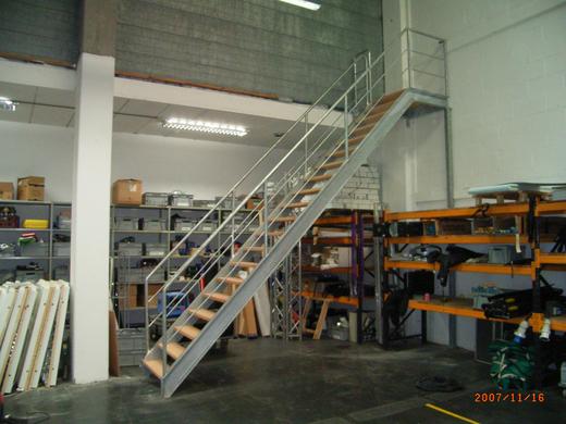 Gegalvaniseerde stalen trap met luxe uitstraling for Stalen draaitrap