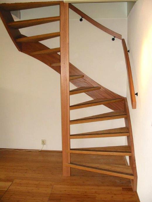 Moderne houten trap met kwartslag zdt02 for Houten vaste trap