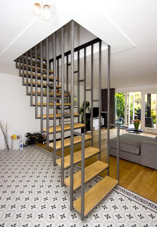 Hangende blauw stalen trap met houten treden dt41 for Stalen draaitrap