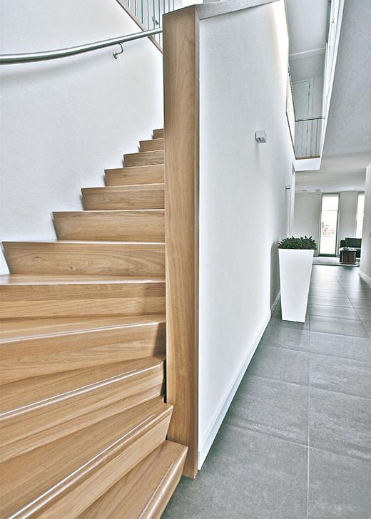 Moderne houten keepboomtrap st48 for Moderne houten trap
