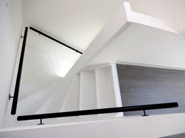 Wit houten trap met zwarte leuning ST50   TRAPPENKOPEN nl