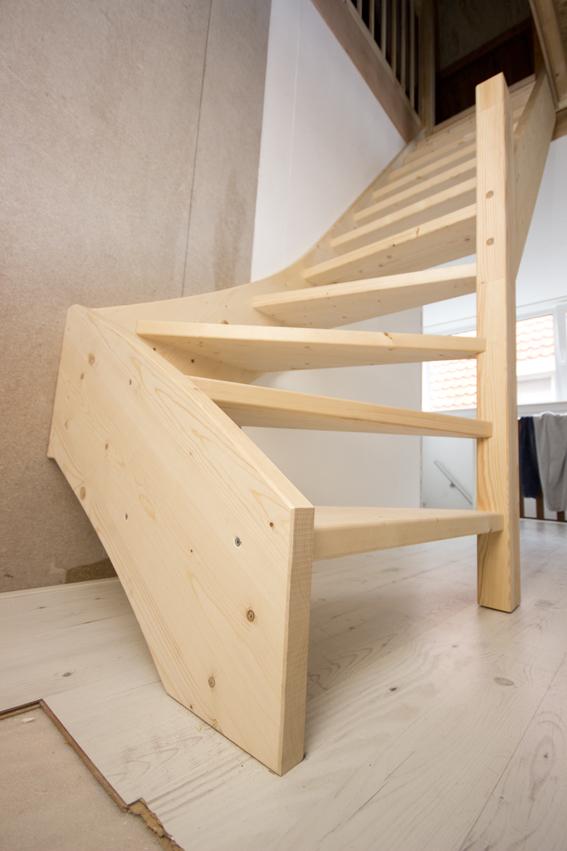 Moderne houten zoldertrap met spijlen st63 for Moderne houten trap