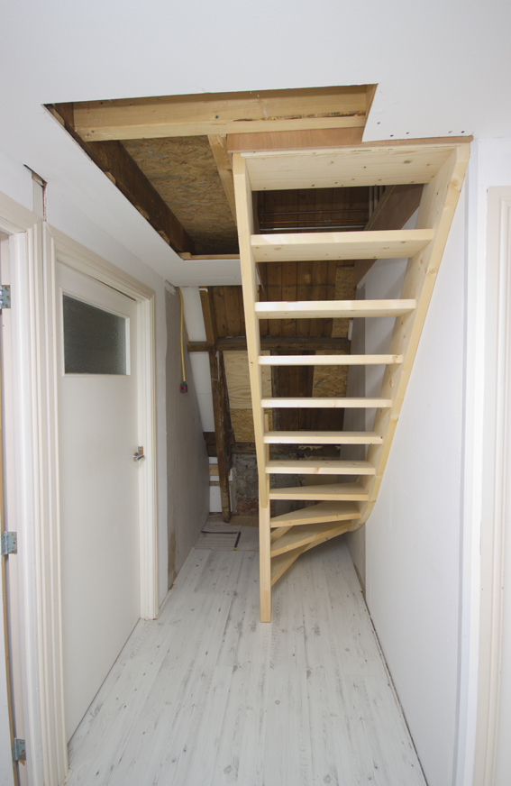 Moderne houten zoldertrap met spijlen st63 - Moderne buitentrap ...