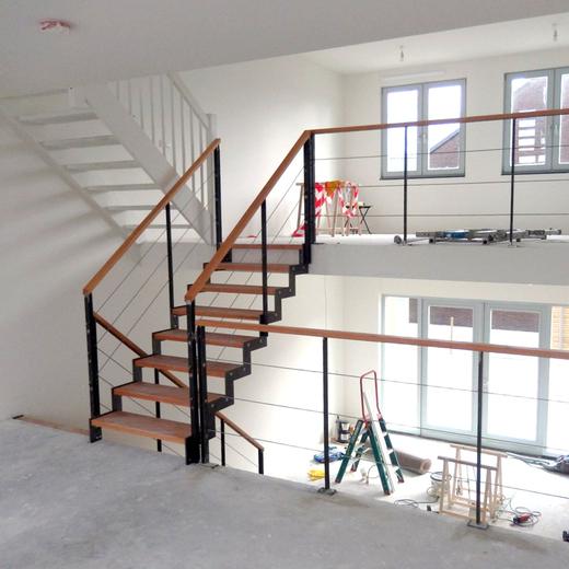 Stalen traphek met houten regel en rvs spankabels bal45 for Stalen draaitrap