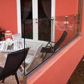 Vrijdragende glasbalustrade op patio BAL52