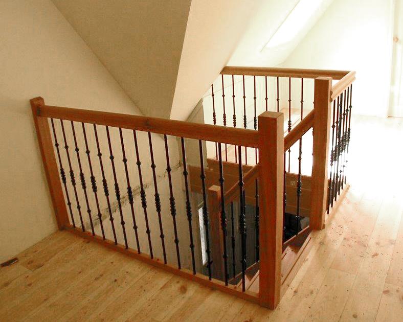 Houten balustrade met zwarte stalen spijlen bal59 for Balustrade trap