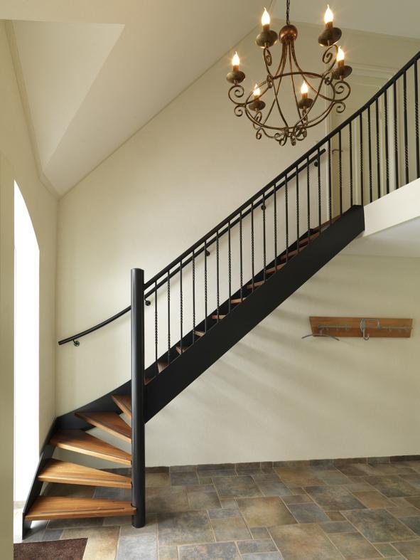 klassieke trap met houten treden kwt20
