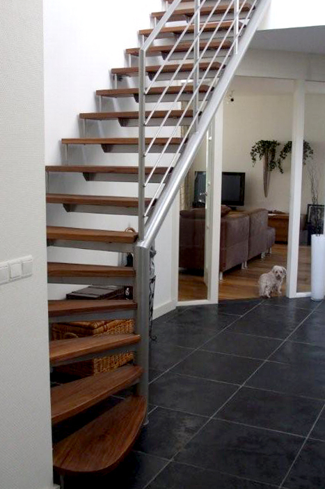 Stalen trap met houten treden kwt23 for Stalen trap maken