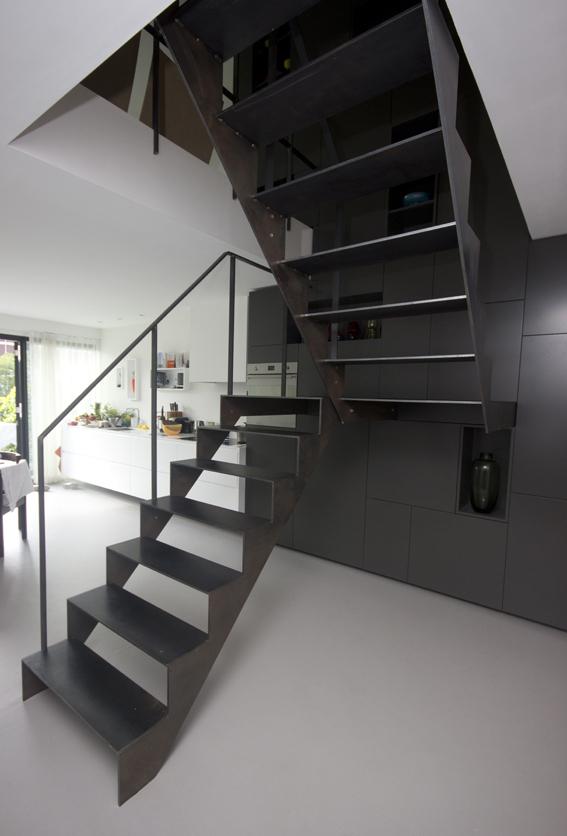 Moderne blauw stalen trap zst01 for Stalen draaitrap