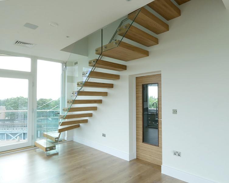 Licht houten trap met glazen balustrade zwt02 for Balustrade trap