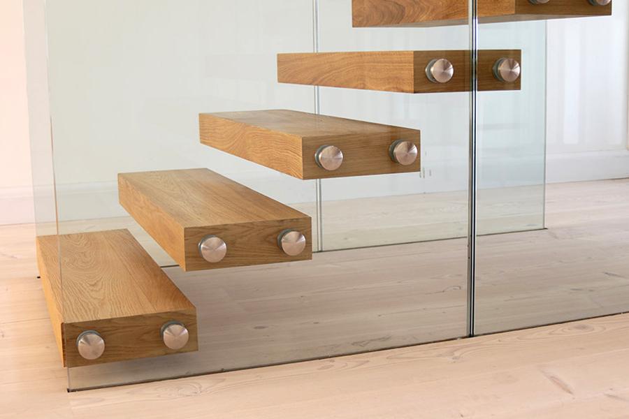 Licht houten trap met glazen balustrade zwt02 for Houten vaste trap