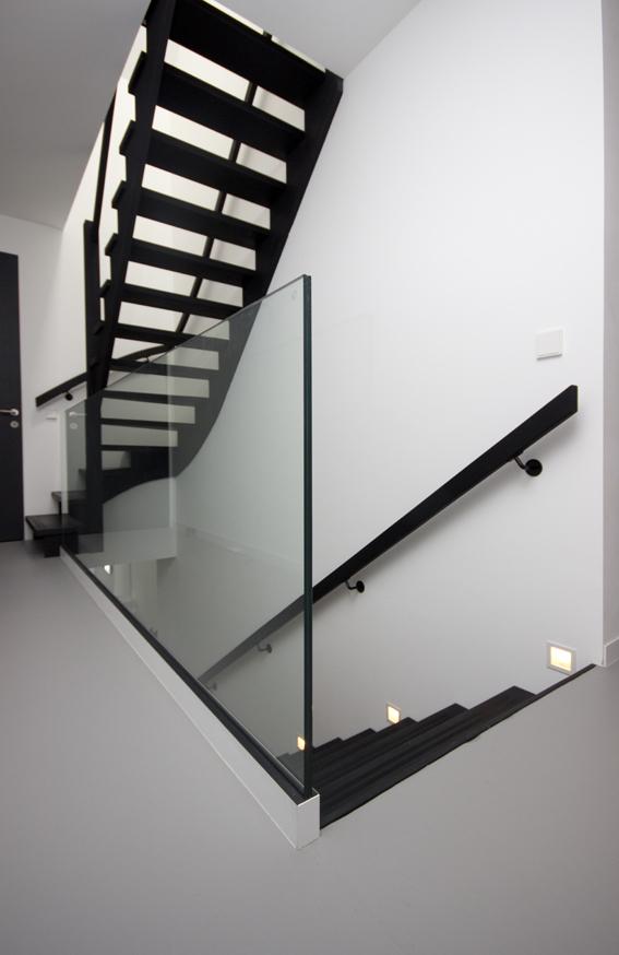 Glazen balustrade naast strakke trap bal70 for Balustrade trap