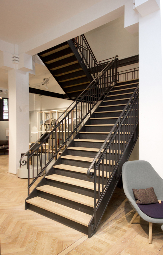 Stalen trap met houten treden in winkel bdt14 for Dikte traptreden hout