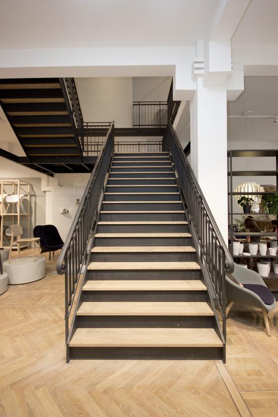 Stalen trap met houten treden in winkel bdt14 - Houten trap ...