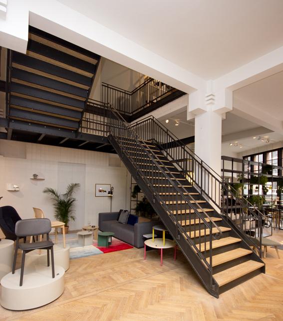 stalen trap met houten treden in winkel bdt14