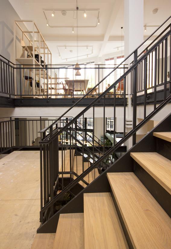 Stalen trap met houten treden in winkel bdt14 for Stalen draaitrap