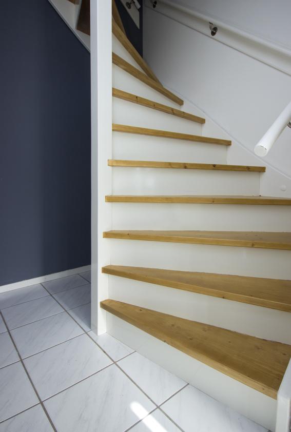 Moderne houten trap st65 - Houten trap monteer ...