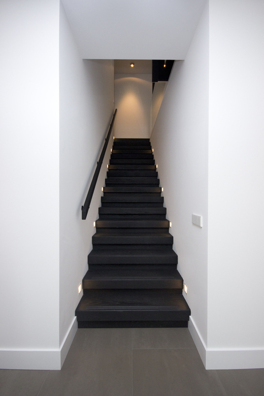 Moderne strakke houten trap st69 for Hoeveel traptreden heeft een trap