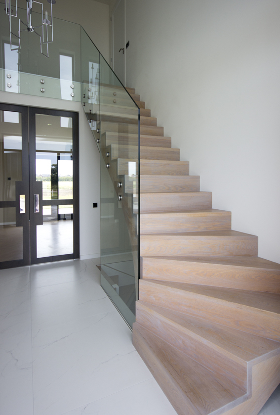Moderne houten trap met glazen balustrade st71 - Moderne houten trap ...