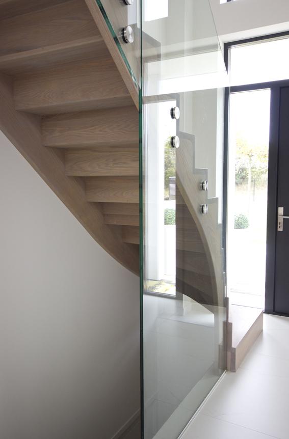 Moderne houten trap met glazen balustrade st71 - Moderne buitentrap ...